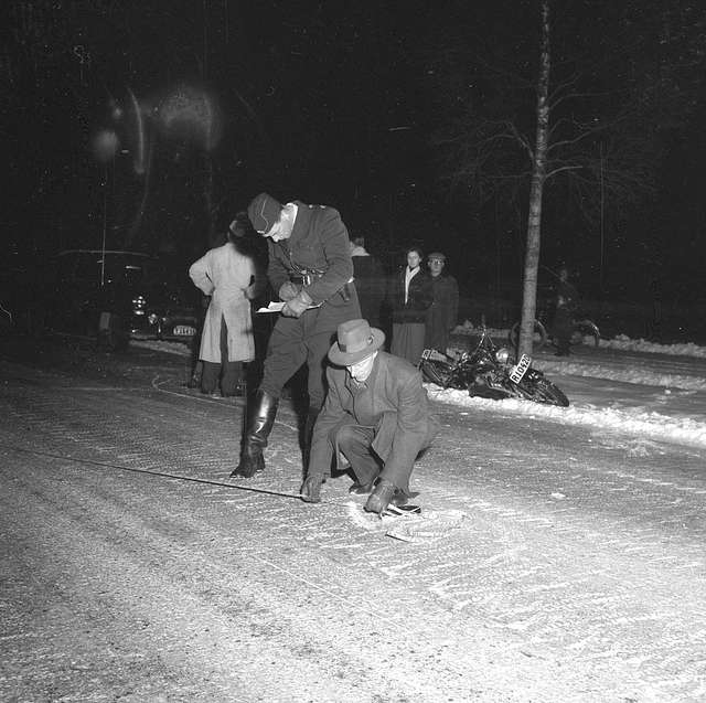 15-årig flicka på mc dödas på Adolfsbergsvägen. 23 december 1954.