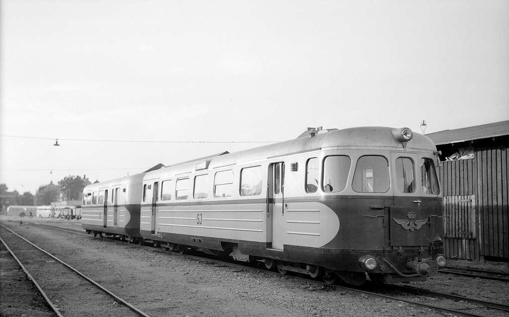 Rälsbusståg. Statens Järnvägar, SJ YC04t 592 samt SJ UCF05t 1618.
