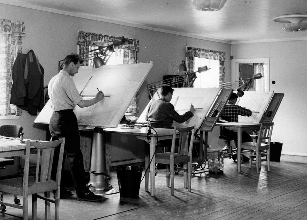 Interiør, tegnekontor, ingeniører ved tegnebrett, Moelven Brug.