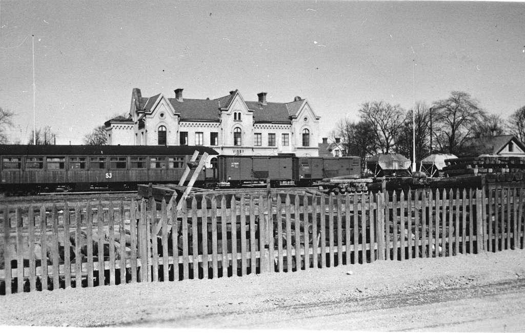 Stationen anlades 1878. Nytt magasin uppfördes 1912. Tvåvånings stationhus i sten. Rälsbussgarage med fyra portar byggdes 1945 .