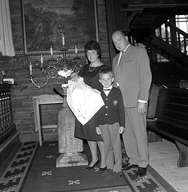 Interiör av Ljusnarsbergs kyrka, dop, familjegrupp fyra personer. Tage Westlund, Bångbro.