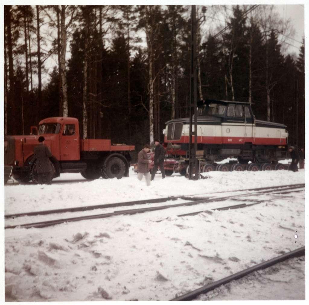 Åmmebergs Järnväg, ÅJ Z65 7 transporteras på trailer till Zinkgrufvan. Här i Lerbäck.