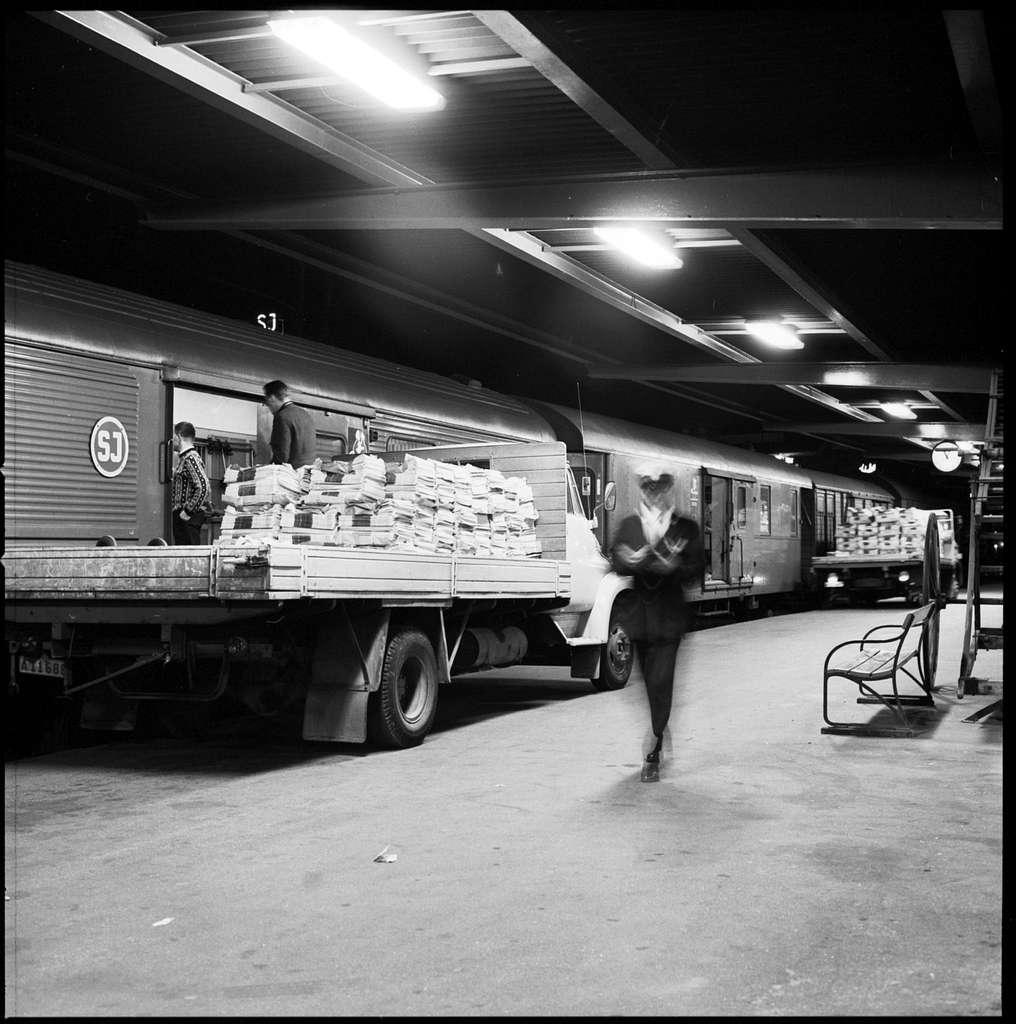 Tidningslastning Pressbyrån, mellan lasbil och för sortering / buntning ombyggda person - resgodsvagnar.