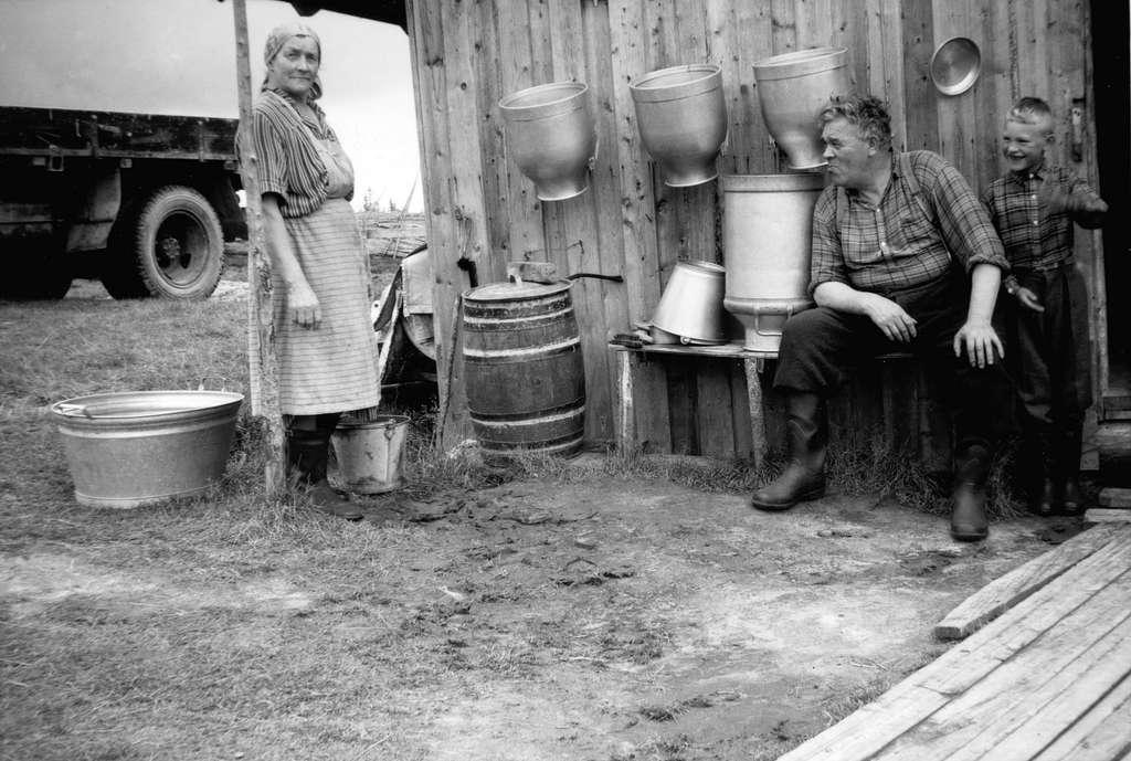 Bjønnåssetra sommeren 1958. Bildet er tatt utenfor fjøset, f. v. Martha Mathisen, Fritjof Mathisen og barnebarnet Jan Pedersen. Martha og Fritjof drev sætra på Bjønnåsen i 15 somre. Mjølka ble solgt som nysilt til hyttefolk på Bjønnåsen og omegn. Martha hadde også rømme, pultost og surmøsmør til salgs. det var sæterlaget til Kirkekretsen Småbrukerlag som sto bak sæterdrifta på Bjønnåsen. De bygget opp både nytt størhus og fjøs som sto ferdig i 1948.. Dette var på sæterløkkene til Jevanol, Gudsås som ikke lenger hadde igjen hus på løkkene.