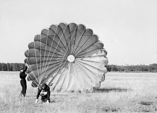 Fallskärmsjägarskolan Karlsborg i slutet av 1950-tal.Landning.