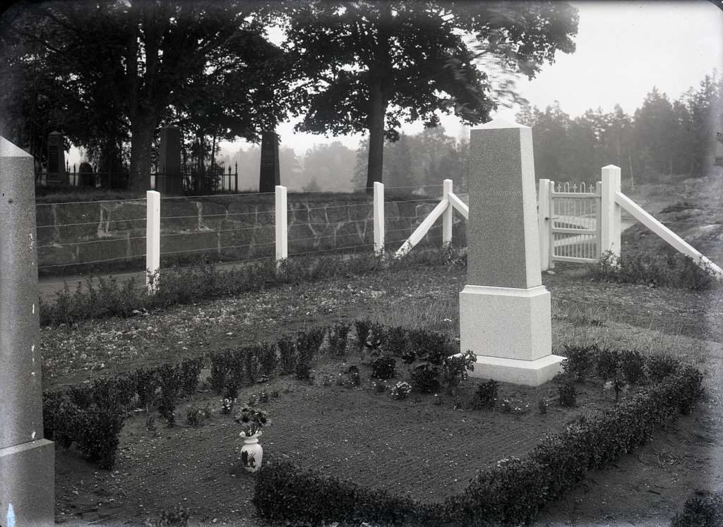 Gravsten: A. Alborg Andersson, Trässö. F. ??.12.1894 D. ?.12.1918.