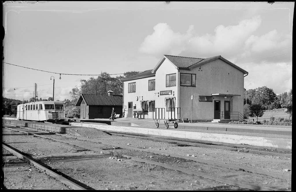 Kinnared station. Statens Järnvägar, SJ motorvagn på spåret.