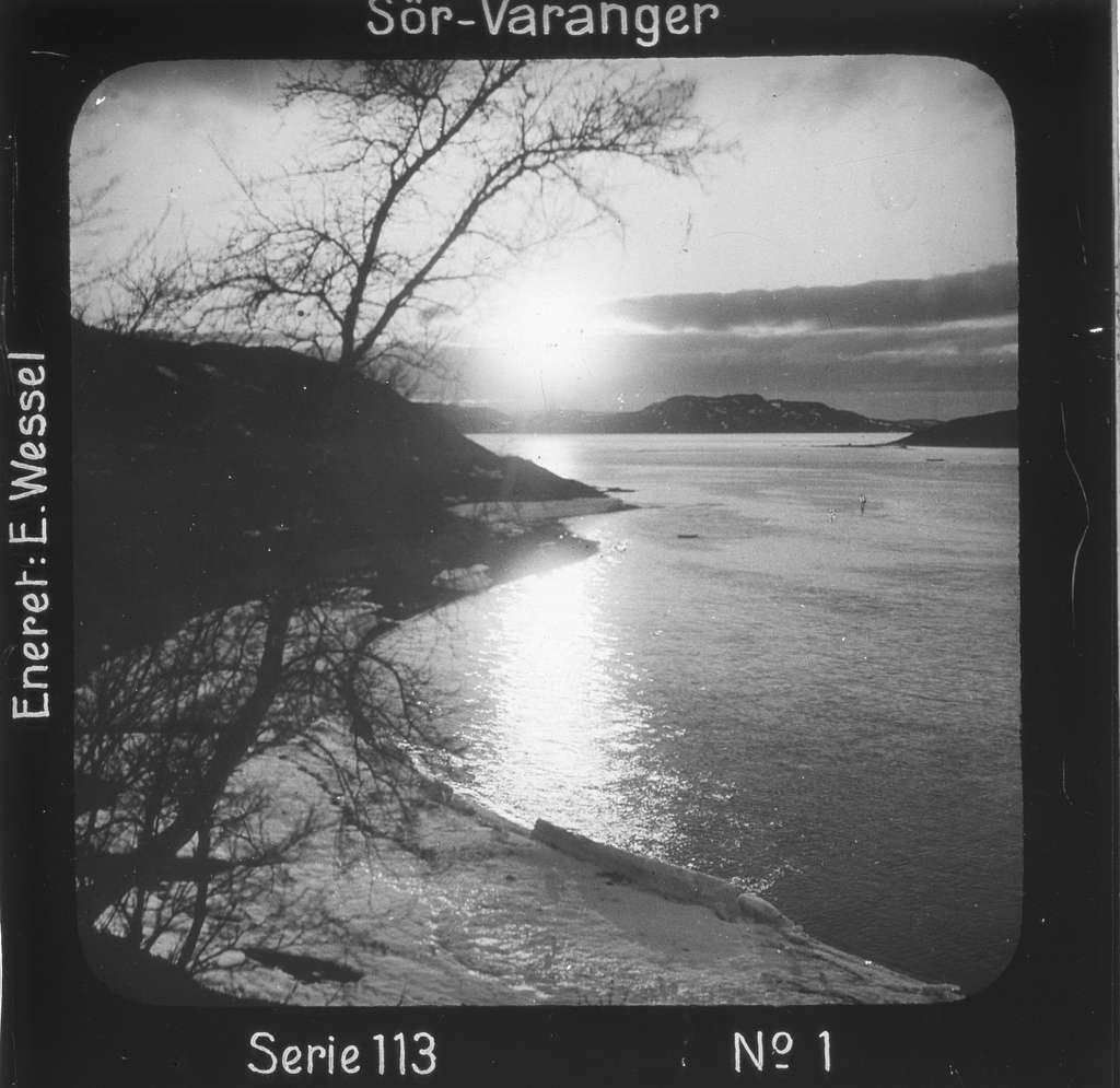 """Midnattsol over Bøkfjorden, Sør-Varanger, Finnmark i juni.Motivet har nr.1 i lysbildeforedraget kalt  """"I lappernes land - Sør-Varanger"""", utgitt i Nerliens Lysbilledserier, serie nr 113."""