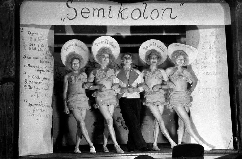 """Sem Småbrukerlærerskole, Øvre Sem i Asker. Studentrevy: """"Semikolon"""". Fra venstre er Jacob Sterri, Karl Aartun, Alf Prøysen, Eilev Kristiansen og Reidar Lunde."""