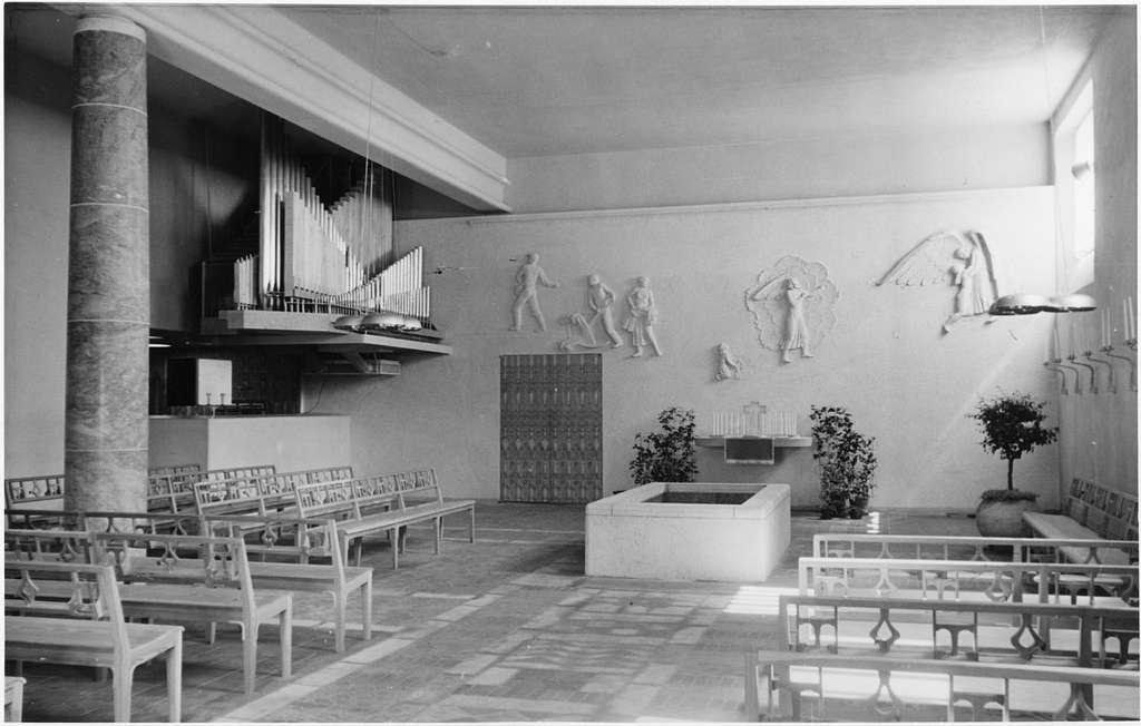 Skogskrematoriet, SkogskyrkogårdenTrons kapell med stuckreliefer av Ivar Johnsson