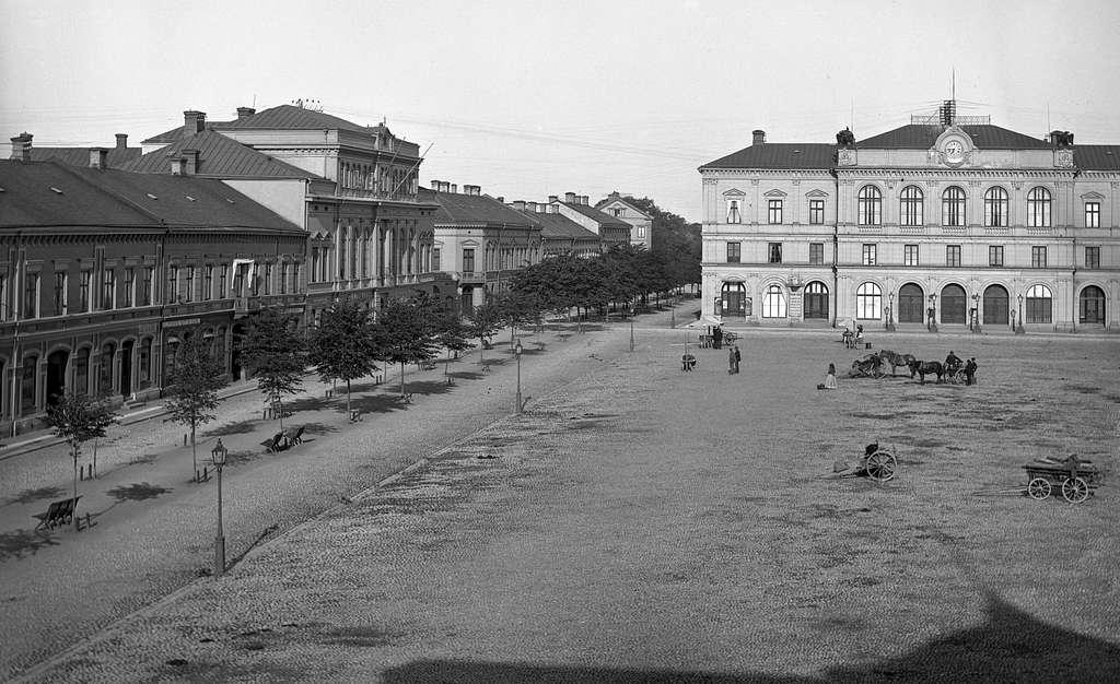 Tingvallagatan och rådhuset runt förra sekelskiftet.