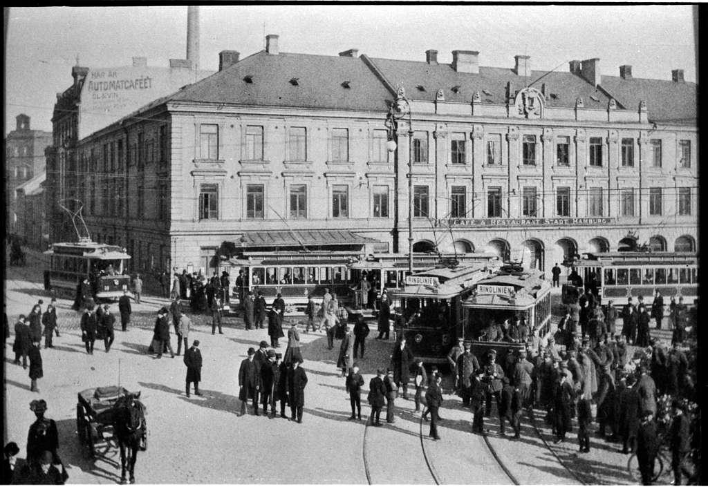 Vy över stadstrafik vid Gustav Adolfs torg i Malmö.