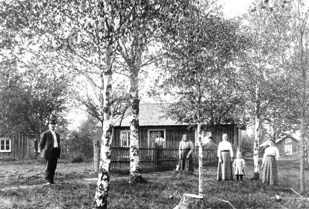 En familj framför Väset i Kulltorp, Bredaryd.